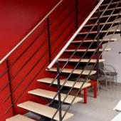 Escalier en acier thermolaqué avec marches bois et main courante inox brossé